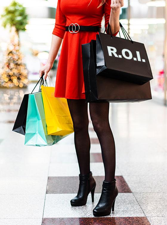 Femme faisant du shopping avec des sacs des boutiques marqués ROI.