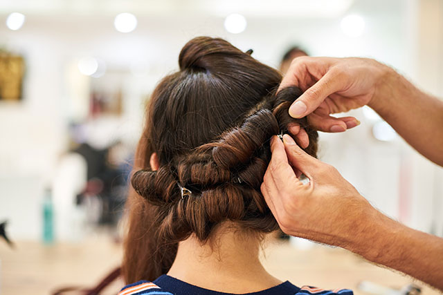 Élodie a pris rendez-vous chez son coiffeur visagiste