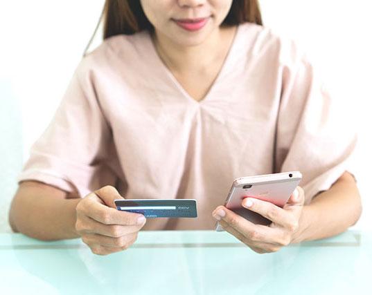 jeune femme utilisant son smartphone