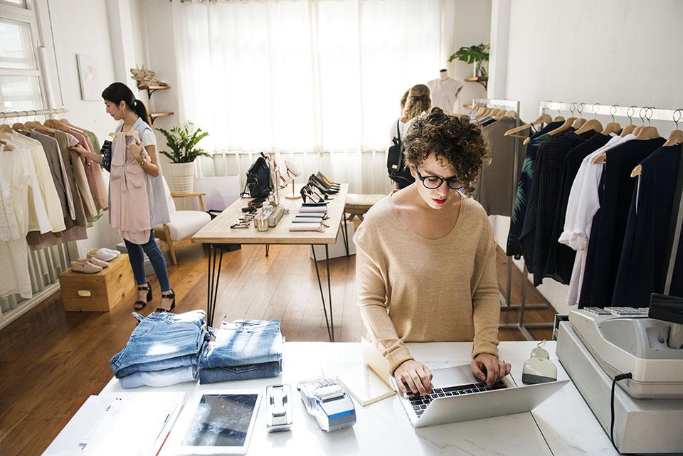 deux dames travaillant dans un magasin de vêtements
